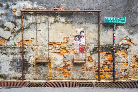 Penang, Malaisie - 21 mai 2016: La peinture d'un couple d'enfants sur une balançoire à George Town, Penang, en Malaisie. Éditoriale