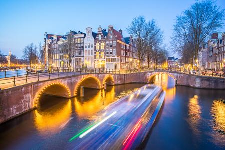 Canal d'Amsterdam dans la nuit à Amsterdam, Pays-Bas. Éditoriale