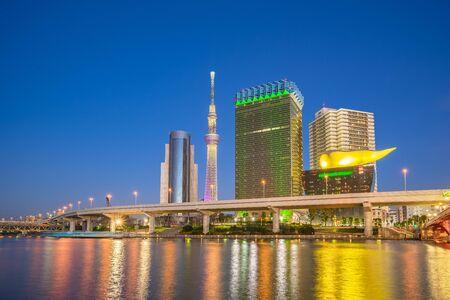 Skyline de Tokyo cityscape la nuit au Japon sur la rivière Sumida.