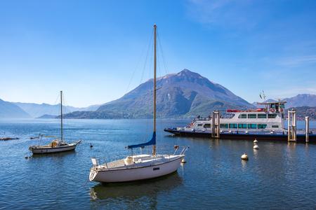 Ferry bateau dans le lac de Côme voyage en Italie. Éditoriale