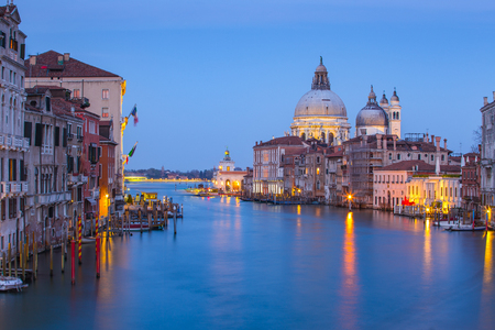 Vue de nuit du Grand Canal à Venise, Venise, Italie.