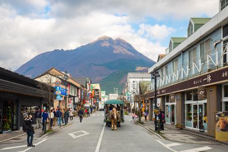 Oita, Japon - 29 novembre 2014: Ville de Yufuin Onsen avec le mont Yufu en arrière-plan à Oita, Japon.
