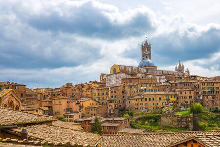 Vue des toits de la ville de Sienne avec le Duomo de Sienne en Toscane, Italie. Éditoriale