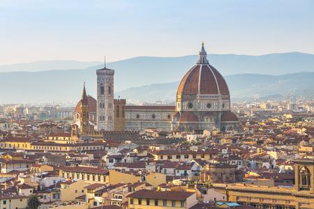 Bouchent la vue du Duomo de Florence en Toscane, Italie.