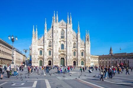 Mian, Italie - 13 avril 2015: Foule de touristes devant le Duomo de Milan, Italie.