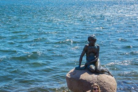 Le monument de la Petite Sirène à Copenhague, au Danemark.