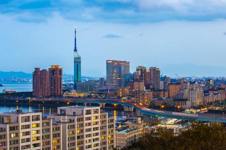 Skyline de la ville de Hakata la nuit à Fukuoka, au Japon.