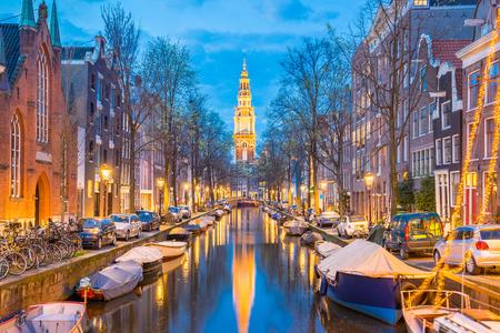 Style maison néerlandaise avec le canal dans la ville d'Amsterdam, Pays-Bas. Éditoriale