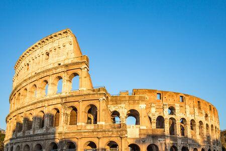 Vue du Colisée et coucher de soleil à Rome, Italie.