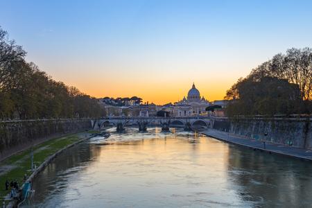 Vue du coucher du soleil de l'état de la Cité du Vatican à Rome, en Italie. Éditoriale