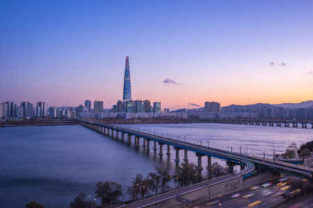 Han River at twilight with view of Seoul city skyline in South Korea. Banque d'images