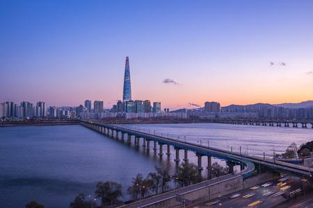 Han River au crépuscule avec vue sur les toits de la ville de Séoul en Corée du Sud.