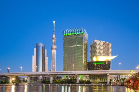 Tokyo city skyline at night near Asakusa area in Tokyo, Japan. Éditoriale