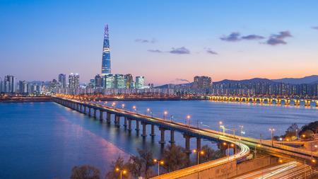 Seoul city skyline at night in Seoul, South Korea. 版權商用圖片 - 100782919
