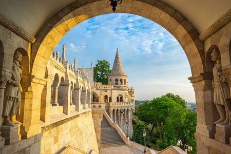 Tower of Fisherman's Bastion in Budapest city, Hungary. 版權商用圖片 - 130023290