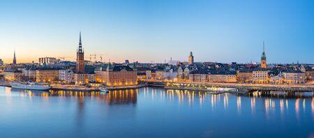 Panorama widoku panoramę Sztokholmu Gamla Stan w nocy w Sztokholmie, Szwecja. Zdjęcie Seryjne