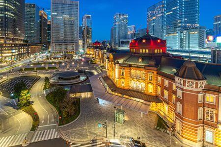 Tokio-Stadtbild bei Nacht mit Blick auf den Bahnhof Tokio in Japan.