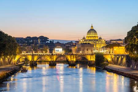 Saint Peter Basilica at night in Vatican city state. 版權商用圖片