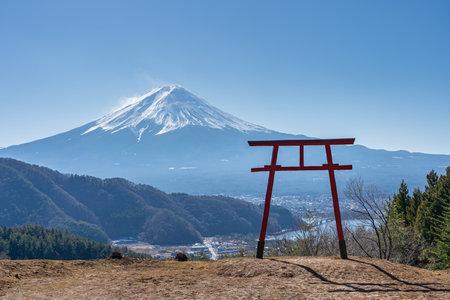 Mount Fuji with Torii gate in Kawaguchiko, Japan. 版權商用圖片