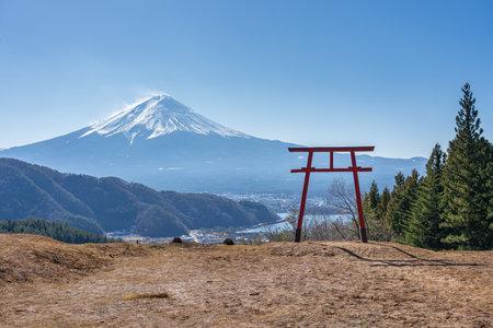 Mount Fuji with Torii gate in Kawaguchiko, Japan. 新聞圖片