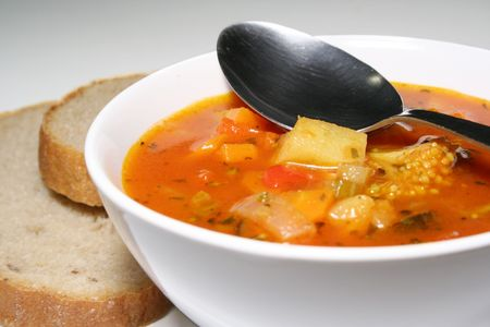 chunky: Fresh vegetable soup with bread