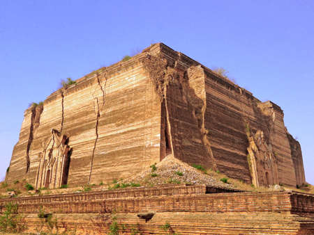 earthquake crack: Ruins of the Pahtodawgyi pagoda, damaged by an earthquake, Mingun, Myanmar