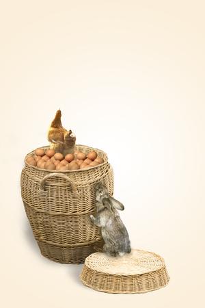 animalitos tiernos: Tarjeta de Pascua con pollo y conejo