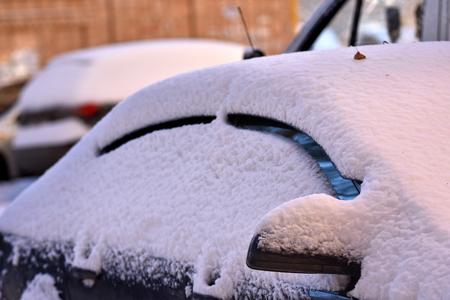 마당의 겨울 자동차는 두꺼운 스노우 코트로 덮여 있습니다. 스톡 콘텐츠
