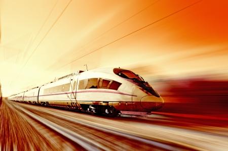 """pociąg: Szybki pociÄ…g w ruch czerwony zachód sÅ'oÅ""""ca odcieni Publikacyjne"""