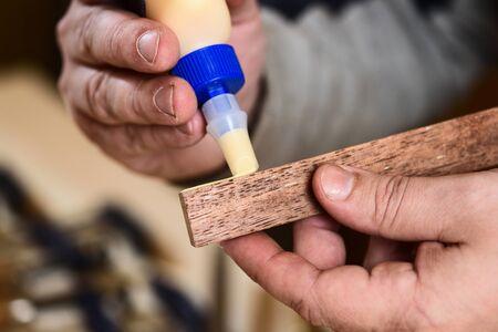 Carpenter použití lepidla na dřevěné detail detailní Reklamní fotografie