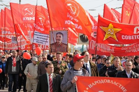 Orel, 러시아 - 2016 년 5 월 1 일 : 공산당 시위. 빨간 깃발과 스탈린의 초상화를 들고 사람들은 가로로