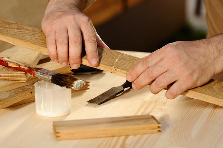 Tesař lepení kusů dřeva dohromady