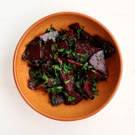 Stewed beetroot with chard in clay bowl square Banque d'images