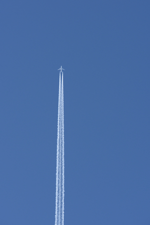 Straight vertical airplane trail in clear blue sky copy space Stockfoto - 124626644