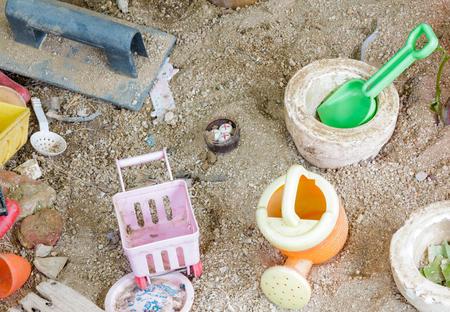juguetes antiguos: Los viejos juguetes en el fondo de la arena.