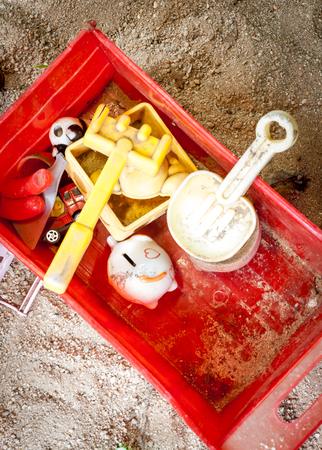 juguetes antiguos: Los viejos juguetes en el fondo de la arena y las vi�etas.