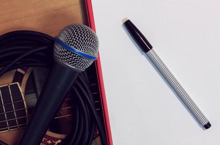 pluma y papel: Pluma, micr�fono papel en el fondo de la guitarra.