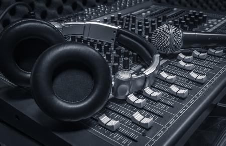 micrófono, auriculares, mezclador de sonido de fondo.