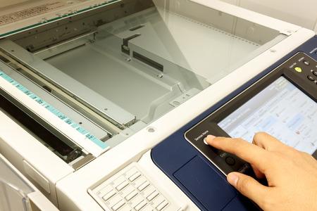 """fotocopiadora: alguien del dedo está presionando copia de tecla de texto machine.non-Inglés significa """"PRECAUCIÓN No mire fijamente light.It puede causar incomodidad o irritación en los ojos"""""""