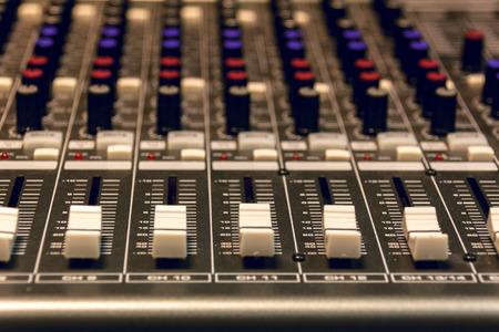 letras musicales: atención selectiva mezclador de sonido de fondo. Foto de archivo