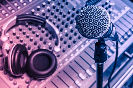 music lyrics: micrófono, auriculares, mezclador de sonido de fondo. Foto de archivo