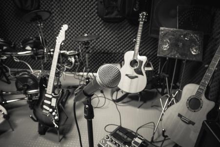 micrófono enfoque selectivo y desenfoque de la guitarra equipos musicales, letra, fondo tambor piano.