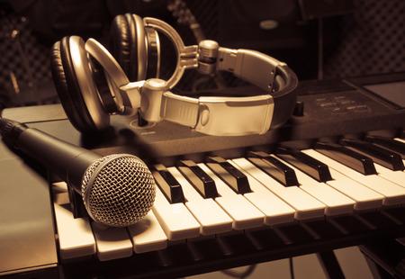 microphone,headphone piano background. 免版税图像