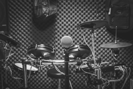 letras musicales: Enfoque selectivo el micrófono y instumento musical de la guitarra, batería, altavoces fondo. concepto de la música de banda producción. Foto de archivo