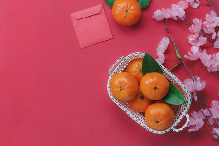 Por encima de la vista de la decoración superior Feliz año nuevo chino concepto de fondo. Variedad de elementos esenciales de la variedad en el papel tapiz rojo rústico moderno. Accesorio necesario para festival. Espacio libre para diseño creativo.