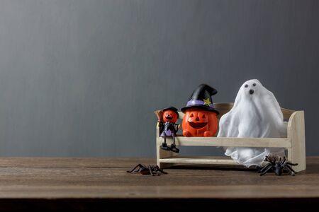 Essentiële decoratie accessoire van Happy Halloween festival concept background.Mix verscheidenheid van items de spook handgemaakte en Jack-o-lantaarns pompoenen op moderne rustieke hout thuis kantoor studio bureau.