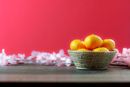 schot van accessoires Chinees Nieuwjaar & decoratie Lunar festival concept achtergrond. mooie regeling oranje & items op modern rustiek hout rood behang. Teken essentieel object voor het decorseizoen.
