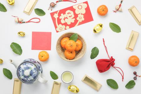 Luchtfoto bovenaanzicht van arrangement decoratie Chinese nieuwjaar & maan nieuwe jaar vakantie achtergrond concept. Vlak leg verse oranje met eten & drinken op moderne witte houten kantoor aan huis.