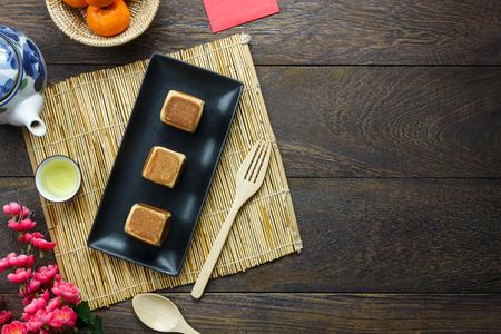 アクセサリーのトップビュー中国の新年&装飾月休日の背景コンセプト。フラットは、現代の素朴な茶色の木材に美しい配置の不可欠なアイテムを置