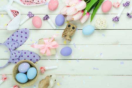 Tavolo vista dall'alto colpo di decorazione felice Pasqua vacanza concetto di sfondo. Piatto laici varietà uova di coniglietto con fiore su legno bianco rustico moderno della plancia. Copia spazio per il web design creativo e mock up.